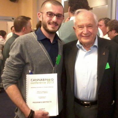 Luigi Romano insieme al prof. Raphael Machoulam ad un congresso scientifico